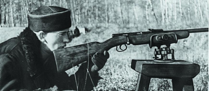 Боец Пётр Жилкин на практических занятиях военно-учебного пункта станции Иркутск II. 1941