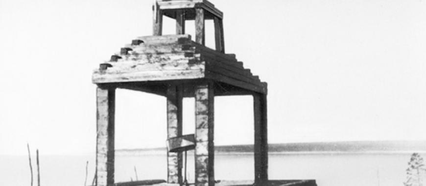 Первый памятник О.А. Кальвицу на берегу Лены напротив места катастрофы