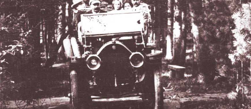 Иркутск. Купец С.Н. Родионов на собственном автомобиле в Интендантском саду. 1906-1912