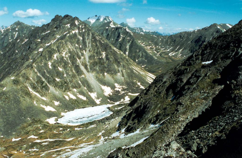 Некоторые из многочисленных высокогорных озер на Баргузинском хребте начинают освобождаться ото льда только в начале июля, и уже в конце августа покрываются первым льдом. На снимке: безымянное озеро, дающее начало реке Левая Сосновка.