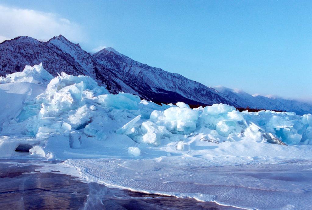 Ледяной надвиг (выжимание льда на берег) у мыса Заворотный.