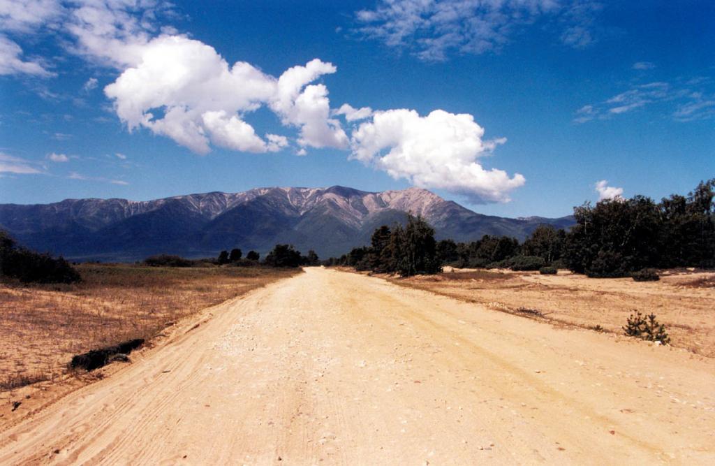 Площадь перешейка, между Баргузинским заливом и озером Орангатуй, так называемая Мягкая Карга, занята песчаными валами. По гравийной дороге (проходящей между двумя последними валами) можно попасть в любую точку 27-километрового песчаного пляжа на баргузинской стороне перешейка и доехать до полуострова Святой Нос. Дорога начинается в п. Усть-Баргузин и заканчивается в п. Курбулик (Чивыркуйский залив).