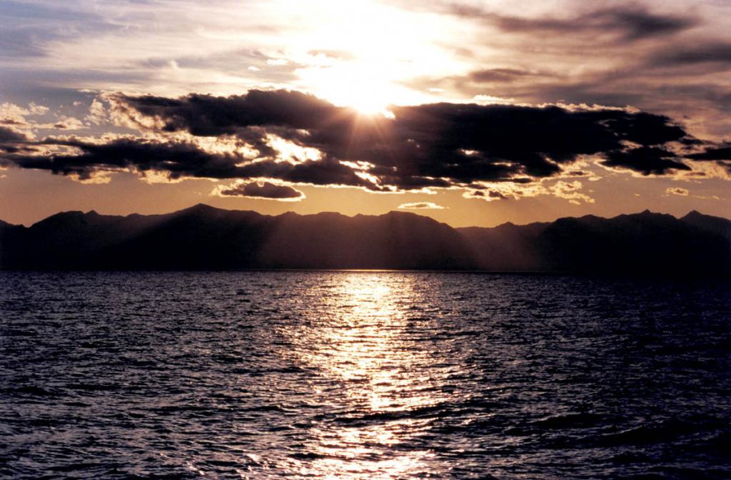 Более тридцати миллионов лет Небеса шлют Байкалу свое Вечное Благословение. На снимке: закат над Байкальским хребтом.