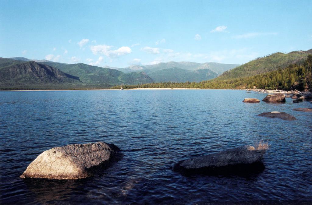 Живописная губа Фролиха (Нерунда) вдается в материк на 3 километра. Ширина ее устьевой части - 4 километра. У северного и южного каменистых берегов находится много подводных камней.