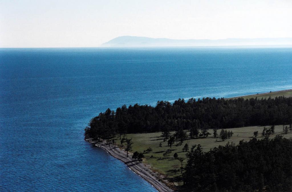 Условной северной границей маломорского побережья можно считать мыс Онхолой (Кочериковский). Здесь проходит ландшафтный, климатический и от части флористический и растительный рубежи. На снимке: северный берег мыса Онхолой, на горизонте остров Ольхон.