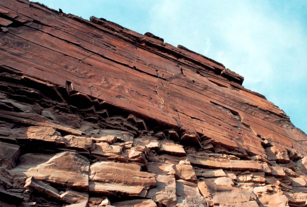 У подножия этой скалы (правый берег р. Лена в 29 километрах ниже по течению от п. Качуг) находится комплекс наскальных рисунков - Шишкинские писаницы - единственный в Северной Азии естественный музей изобразительного искусства и культуры древних племен.