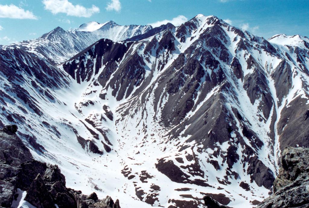 Мекка любителей горного туризма - высочайшая гора Восточных Саян - голец Мунку-Сардык (Вечно Белый Голец, 3491 м. над ур. м.), вторая вершина слева. Виден южный ледник горы, дающий начало речке Хуши, впадающей в озеро Хубсугул.