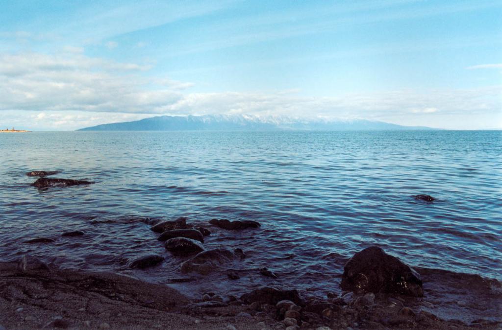 Ширина устьевой части самого большого на Байкале залива - Баргузинского - составляет 23 километра. На горизонте - полуостров Святой Нос. Снимок сделан с мыса Телегина.