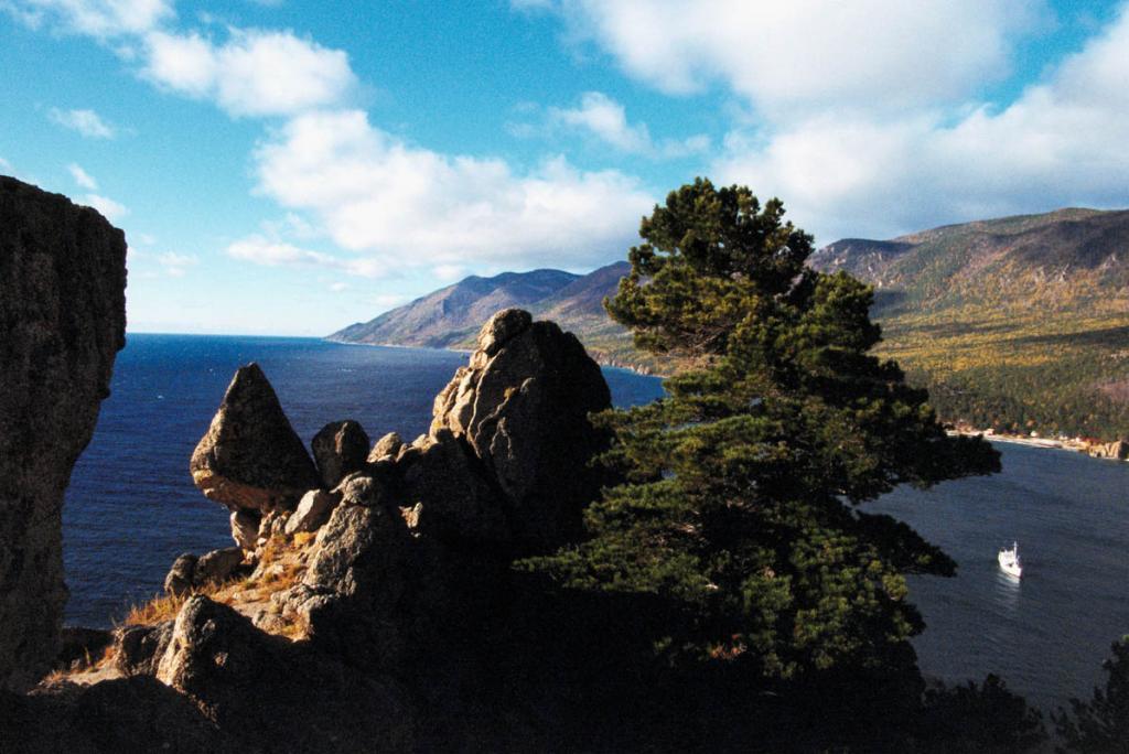 Природное совершенство бухты Песчаной можно оценить, поднявшись на одну из близлежащих скалистых вершин. Снимок сделан с вершины мыса Большая Колокольня в начале октября.