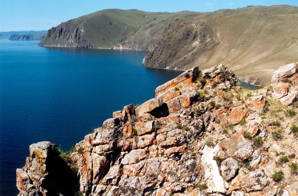 На склонах Тажеранского массива, получившего широкую известность в мире благодаря своим уникальным минеральным ассоциациям, встречается более 150 минералов. На снимке: скалы на мысе Улан-Нур.