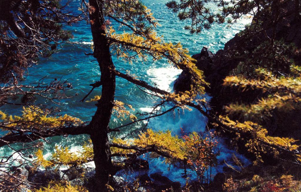 Осень приносит на Байкал яркие краски и частые шторма. На снимке: подножие северного склона мыса Большая Колокольня.