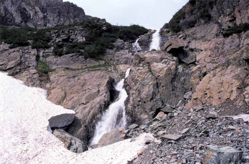 Вторая ступень водопада Скалистый (ручей Безымянный). Байкальский хребет, 3 километра севернее мыса Заворотный.