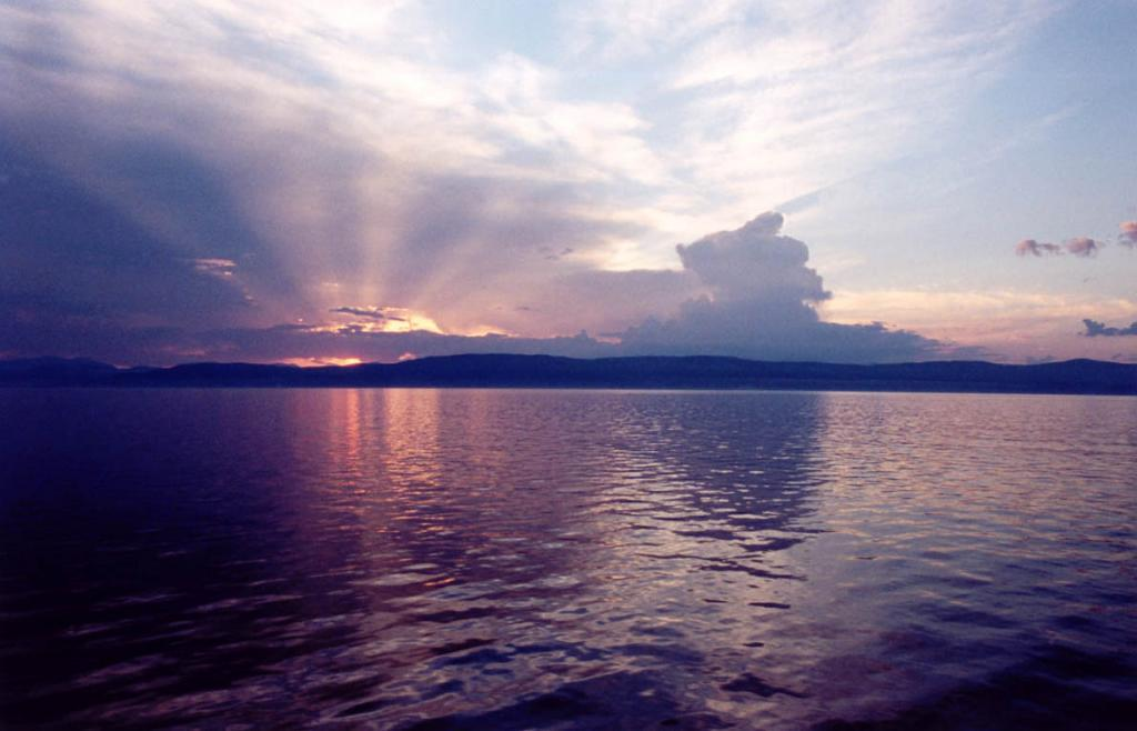 Закаты над сибирским озером своими красками обязаны особым климатическим условиям Байкала.