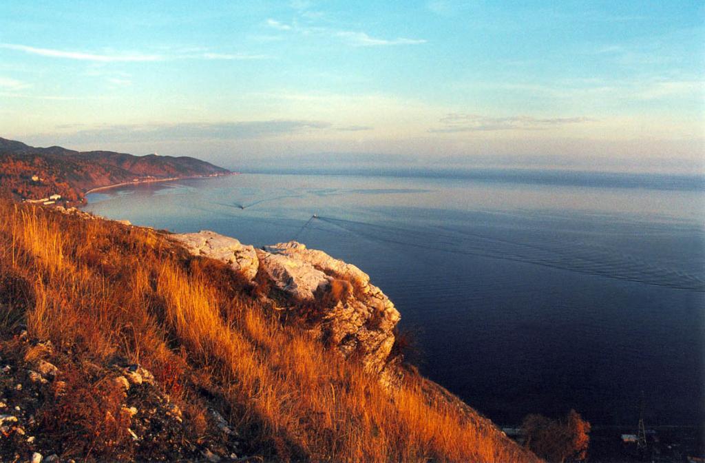 Юго-западное побережье у истока Ангары осенним вечером. Снимок сделан в середине октября.