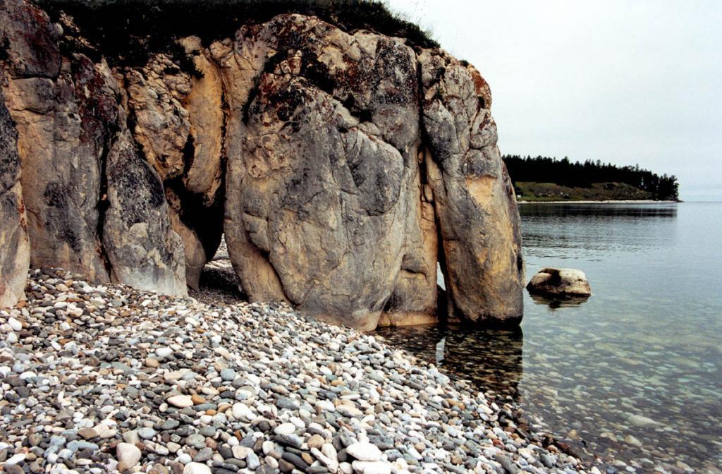 Ушканьи острова сложены древнейшими докембрийскими породами: мрамором и кристаллическими известняками с прослойками кварцитов. На снимке: скала Слоник на восточном берегу острова Большой Ушканий.