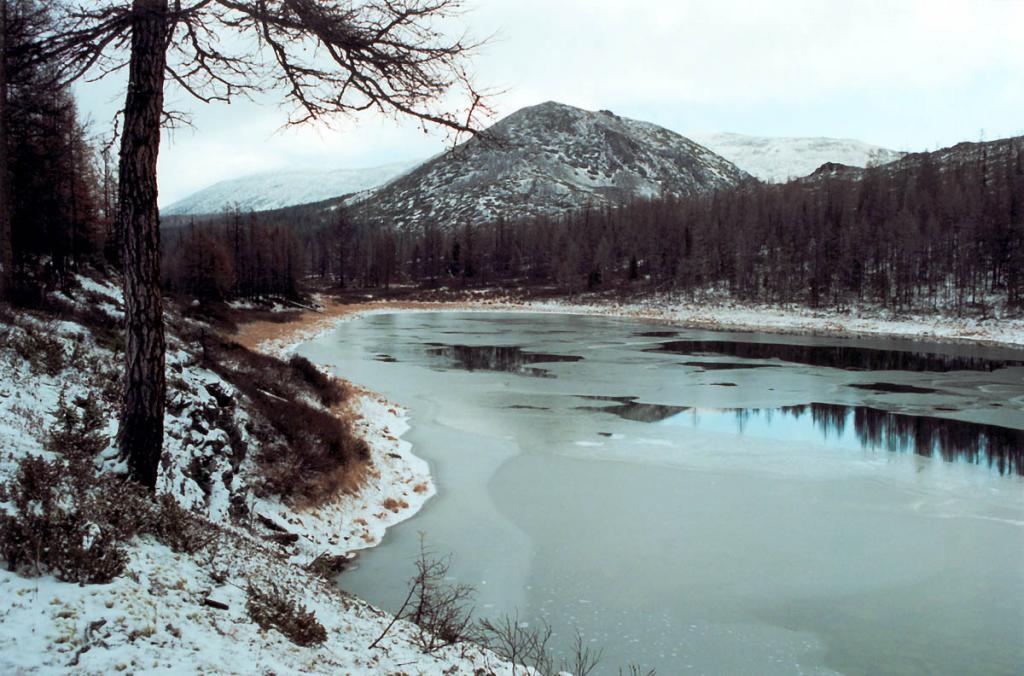 Озеро Изумрудное. Последние осенние дни перед снегопадами. Байкальский хребет. Долина реки Лена. Байкало-Ленский заповедник.