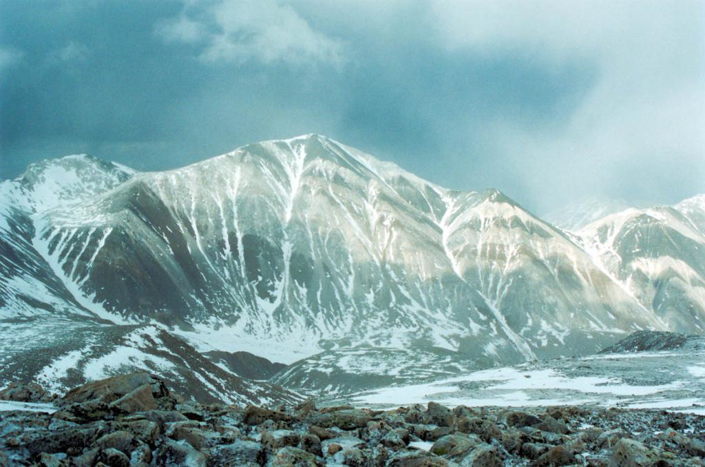 Перед снежной бурей. Высота 3100 м. над ур. м. Восточный отрог в горном узле Мунку-Сардык (территория Монголии).