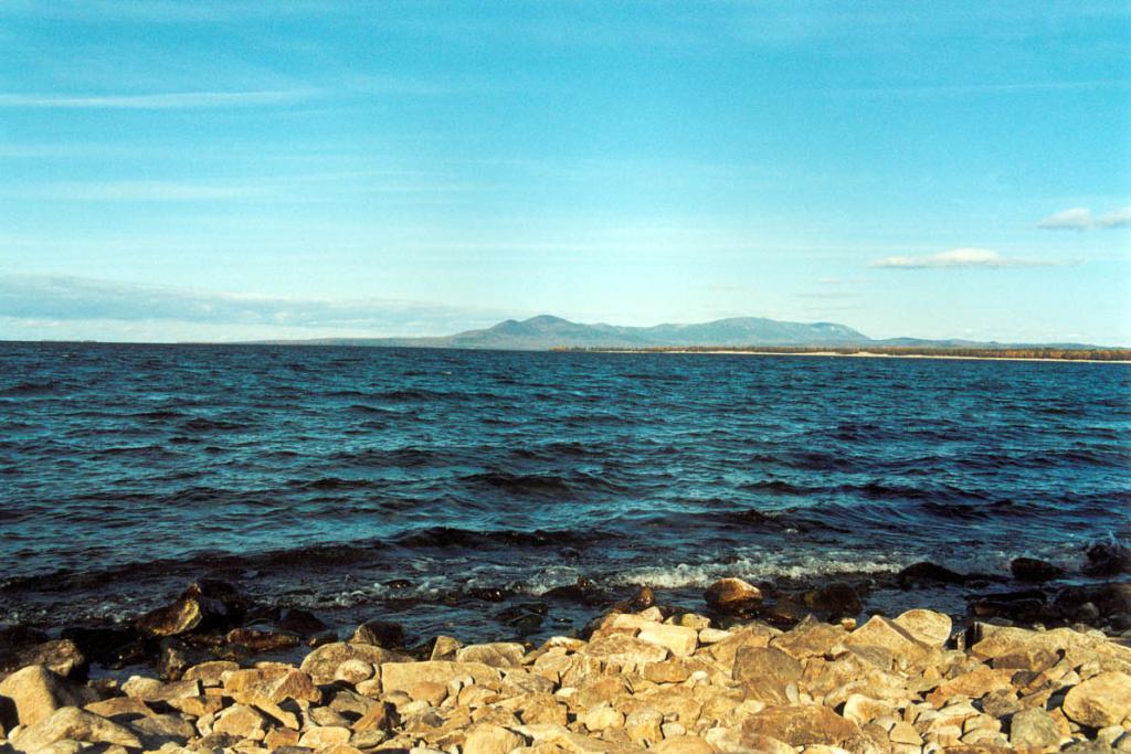 Восточное побережье Байкала южнее устья реки Баргузин отличается более сглаженным рельефом и достаточно широкой береговой полосой - до1.5 км.(сужается до 200 м. только у мыса Горевого). На снимке: побережье у мыса Билютинский. Снимок сделан с мыса Бученкова.