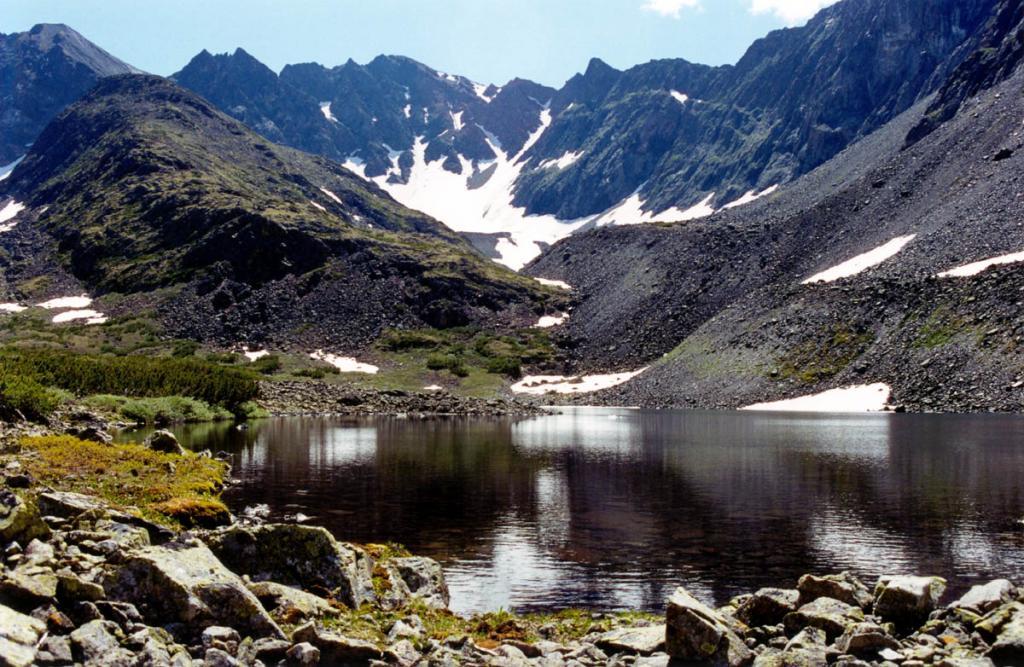 Вода ледниковых озер имеет необыкновенный вкус - вершины встречают из Космоса мельчайшие частицы, оседающие на снежниках. На снимке: озеро в вершине реки Правая Тонгода.