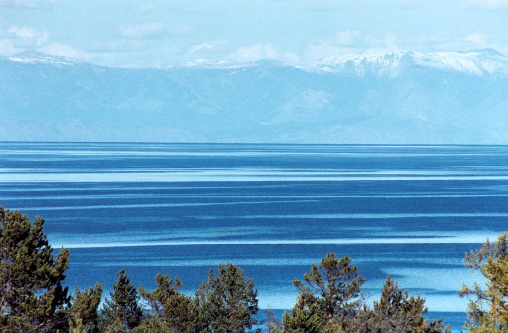Геологи считают, что в конце палеогена Байкал уже существовал. Начало возникновния озера удалено от нашего времени на 30-35 млн. лет. В добайкальский период рельеф был менее контрастным, чем сейчас, но все же он был горный. На снимке: Малое море, снимок сделан с острова Ольхон.