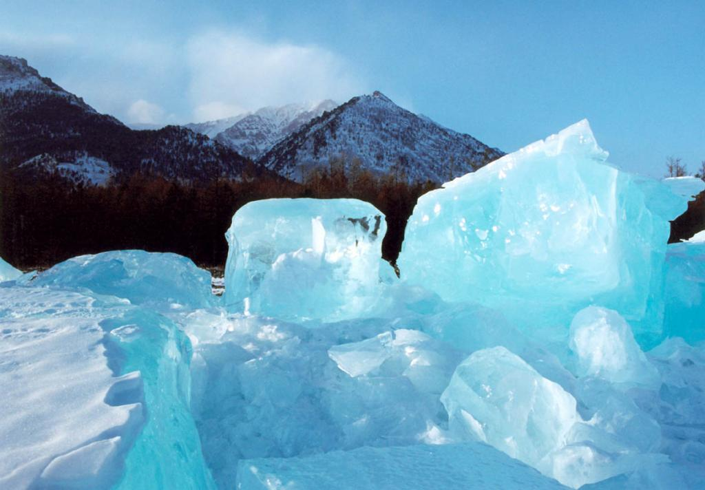 """Ледовый панцирь Байкала в течение зимы """"дышит"""": в нем происходят как горизонтальные смещения при изменениях температуры, так и вертикальные перемещения вследствии ветровых воздействий и разности атмосферного давления. На снимке: ледяные торосы у мыса Заворотный, образовавшиеся в конце февраля."""