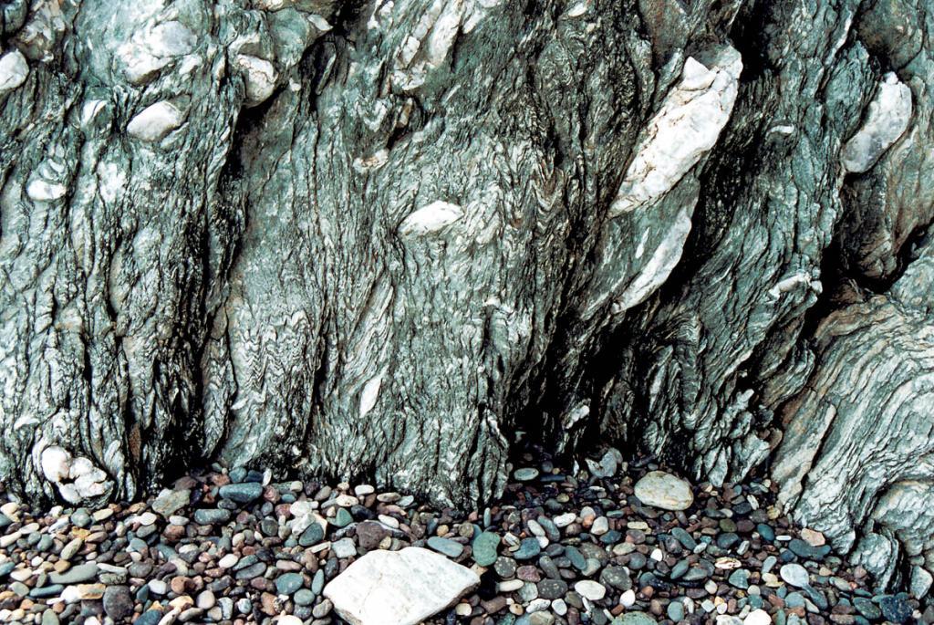 У этих каменных оснований Байкала обнажаются древние недра земли. Снимок сделан на мысе Саган-Морян.