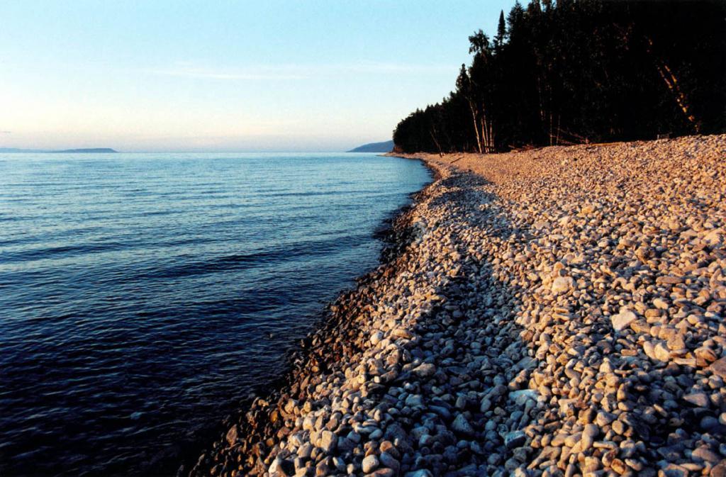 Довольно однообразный 54-километровый западный берег полуострова Святой Нос почти весь покрыт разнокалиберным галечником. К берегу вплотную подходят труднопроходимые, в основном темнохвойные леса.