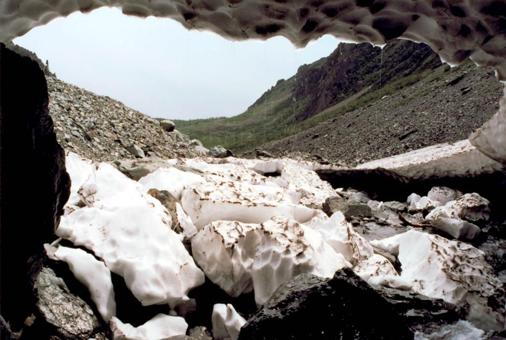 Под мощным снежником на ручье Безымянный (подножие первого водопада) весной образуется 10-метровый ледяной тоннель.