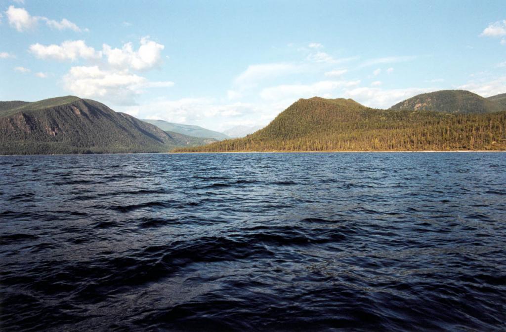 Северо-восточное побережье у губы Аяя. В центре - мыс Тукаларагды. Высота гор у побережья - 480 - 510 м. над уровнем Байкала. В межгорном понижении (14 километров от берега) находится озеро Фролиха.