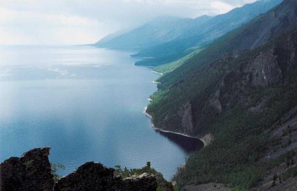 Одна малоизвестная особенность отличает Байкал от иных геологических структур земного шара: если суммировать наибольшую высоту горных хребтов, окружающих озеро (2840 м), наибольшую глубину (1637 м) и наибольшую мощность осадков байкальской впадины (8500 м), то получается амплитуда прогибания земной коры (рифтовой щели) под Байкалом в 12997 м, что превышает почти на 2 километра самую большую глубину океанского ложа (11022 м. - Марианский желоб). Таких глубоких рифтовых впадин на континенталях Земли не обнар