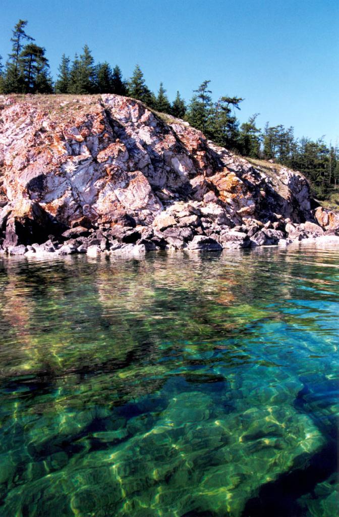 """Мелководное """"малахитовое"""" ожерелье у острова Тонкий необыкновенно красиво в яркие сонечные дни."""
