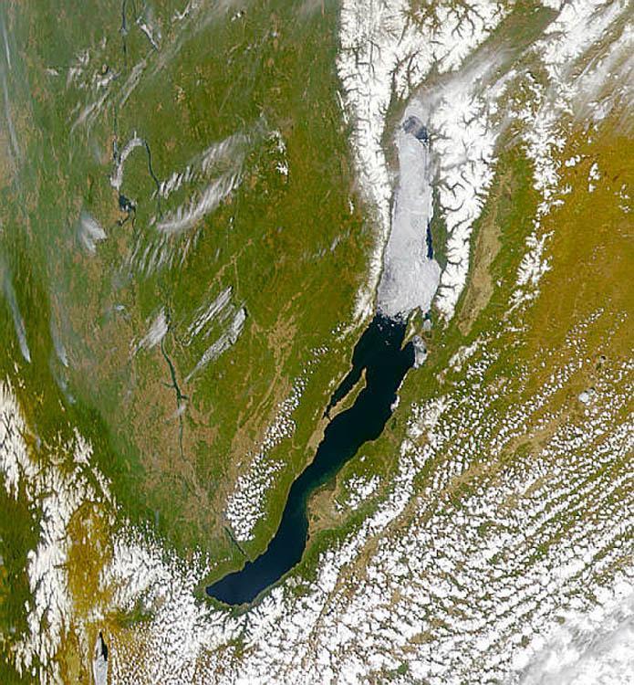 На Байкале полное освобождение от ледового покрова происходит на юге в мае, а на севере - в первой половине июня. Этот снимок сделан во второй половине мая.