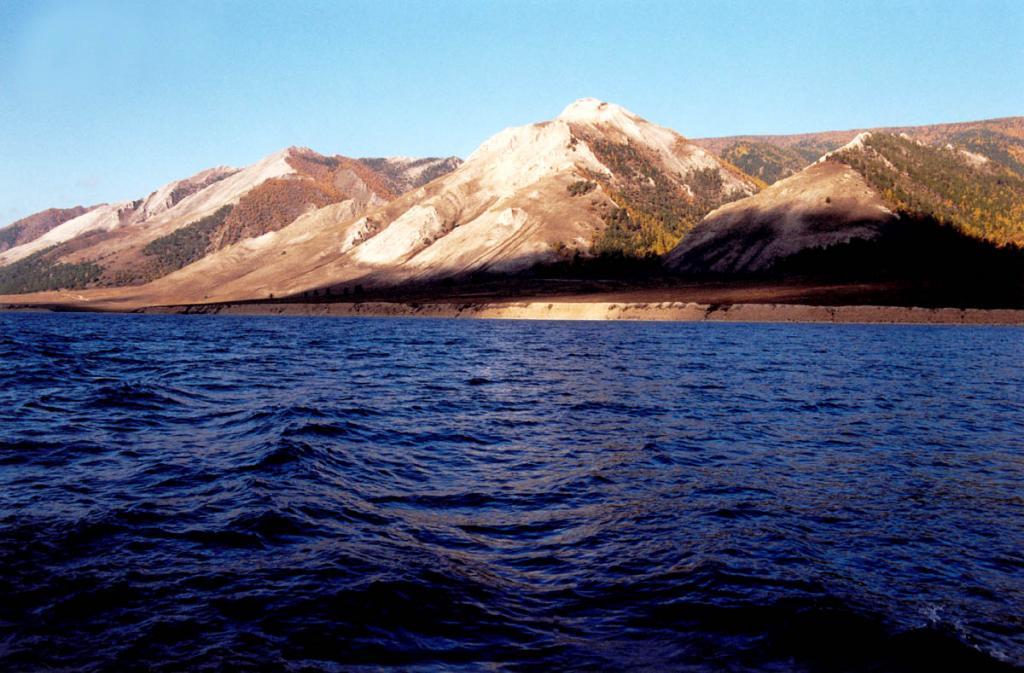 Обращенные к Байкалу треугольные торцы боковых гребней Приморского хребта у мыса Зундук выделяются отсутствием древесной растительности и белыми склонами, сложенными гнейсами, кристаллическими сланцами и мраморами.