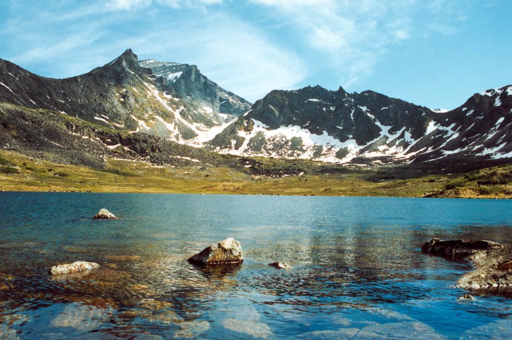 Суровое спокойствие красивых гор царит над чистыми озерами Северного Прибайкалья. На снимке: озеро в вершине реки Левая Сосновка (вершина левого среднего притока).