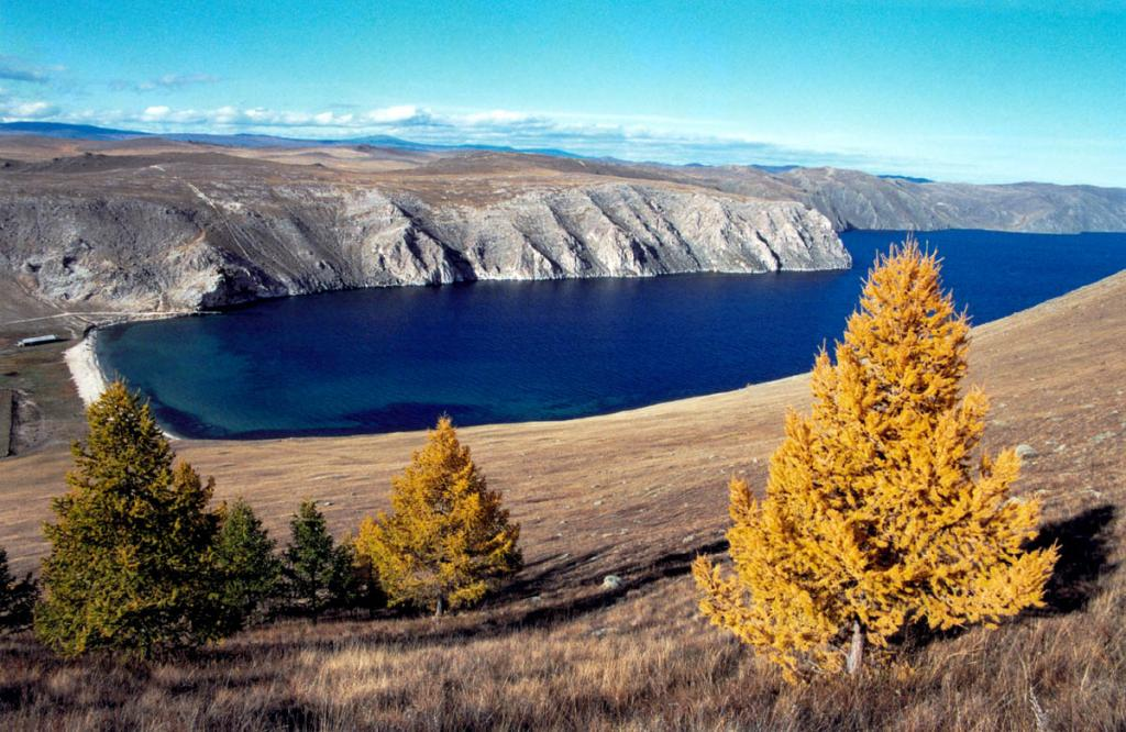 Защищенный от всех байкальских ветров залив Ая вдается в материк на 800 метров. На плато к северо-западу от залива находится крупнейшая на побережьях Байкала пещерная система Ая-Рядовая. Специалисты относят ее к одним из самых древних в Сибири. Снимок сделан с горы Тондра, закрывающей залив с юго-востока.