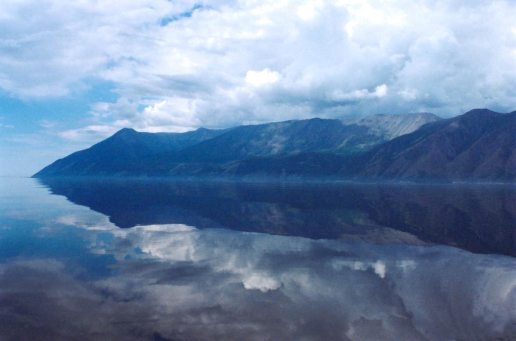 Зеркально-спокойным Байкал бывает всего несколько дней в году. Снимок сделан с открытого Байкала (линия пересечения озера - мыс Покойники - Ушканьи острова), 10 км. от западного берега. Зеркало озера лежит на высоте 456 м. выше уровня мирового океана.