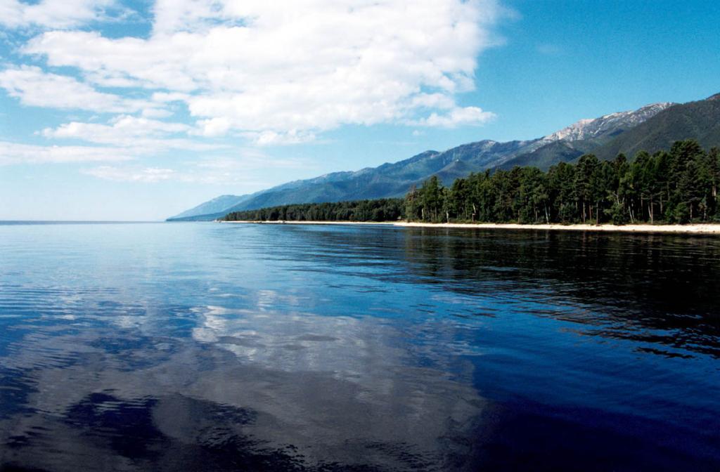 Самый крупный гористый полуостров на Байкале - Святой Нос - протянулся с северо-востока на юго-запад на 53 километра при максимальной ширине в 20 километров. Высочайшая точка полуострова - 1877 м. над. ур. м.