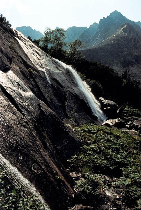 Водопад на речке Шумилиха падает с каменной стенки 9-метровой высоты. Баргузинский заповедник.