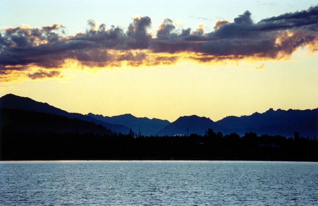 Заповедное побережье у губы Давша перед рассветом. Баргузинский заповедник.