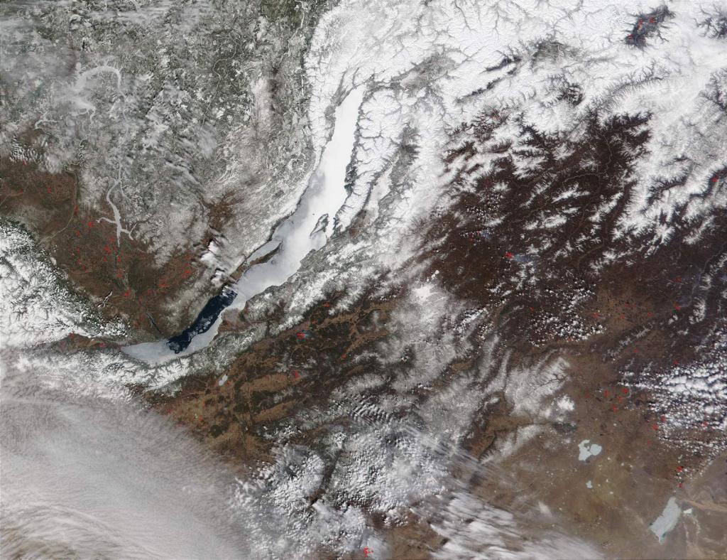 В противоположность ледоставу, вскрытие ото льда и ледоход начинаются в южной части Байкала взломами льда вдоль западного побережья от Листвянки до бухты Песчаной. Вскрытию предшествуют весенние процессы разложения льда и изменения его внутренней структуры в рассыпающуюся, игольчатую ледяную массу с шероховатой поверхностью. Насыщаясь водой, этот лед (иногда его называют шахом) темнеет, прежде всего там, где нет снега. На этом снимке отчетливо видно, какую площадь занимает шах в конце апреля.