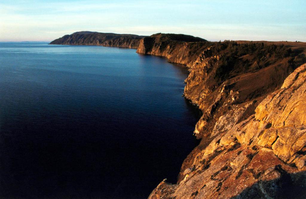 С северной оконечности Ольхона хорошо видна перекошенная тектоническая глыба острова, отвесно обрывающаяся на восток 200-метровыми скалами.