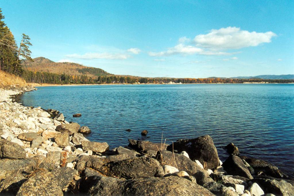 Бухта Безымянная - одна из самых больших и красивых на восточном побережье озера. Недалеко от берега проходит автомобильная дорога - знаменитый баргузинский тракт. Снимок сделан с мыса Безымянный.