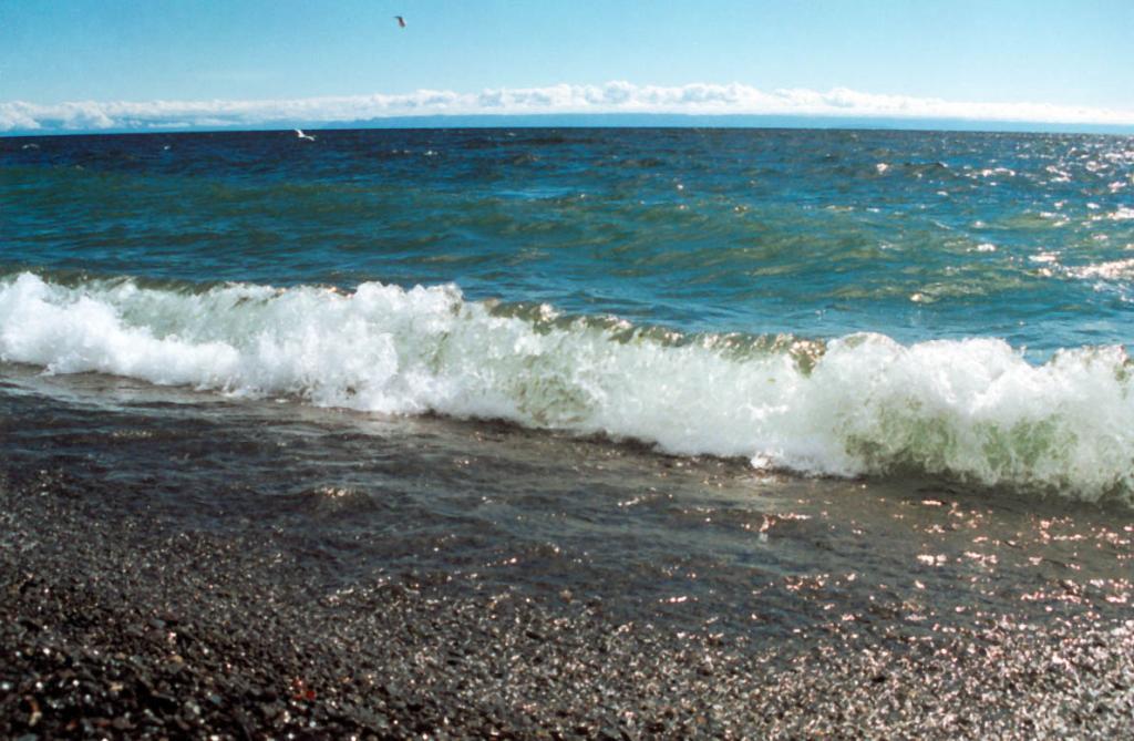 Наибольшая ширина озера составляет (траверз п. Онгурен - Усть-Баргузин) - 79.5 км. Наименьшая - 25 км. Средняя ширина 47.8 км. На снимке: в этом месте ширина Байкала составляет 69 км. (мыс Большой Солонцовый - Устье р. Малая Черемшаная, Баргузинский хребет).