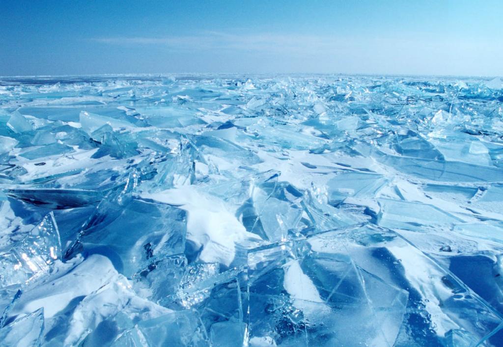 После полного замерзания лед Байкала похож на лоскутное одеяло из заплаток гладкого льда толщиной 15-25 см., пространство между которыми заполнено крошеным льдом, утолщенным местами до 40-65 см.
