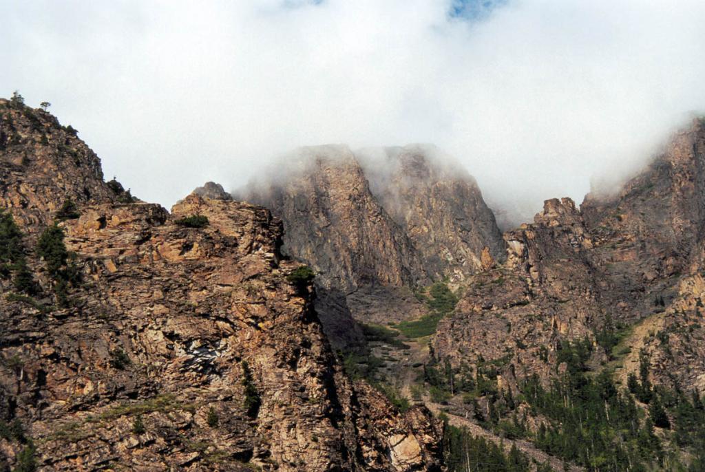 Над небольшой бухтой перед устьем речки Ледяная возвышаются высокие скальные стены.