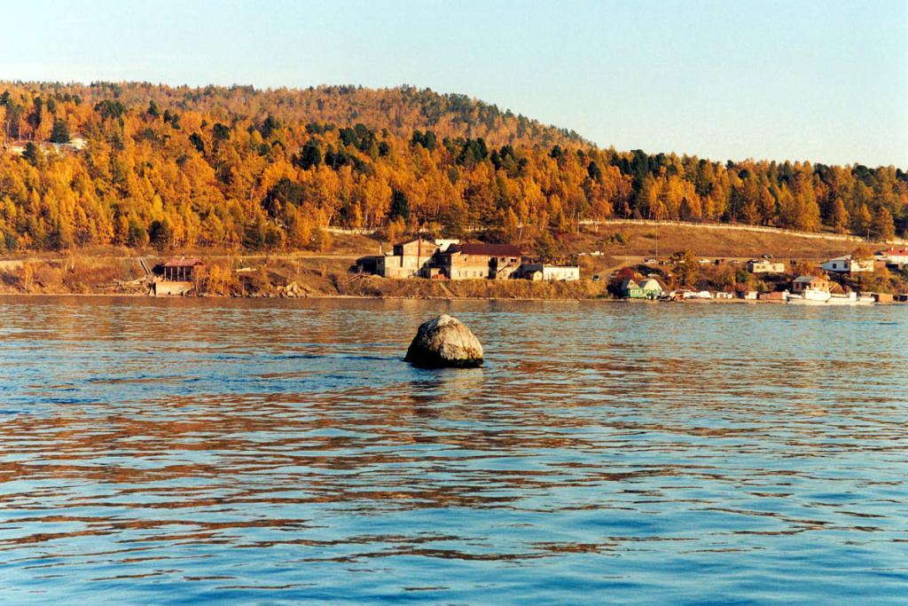 Шаманский Камень в истоке реки Ангара. На противоположном берегу - поселок Листвянка.