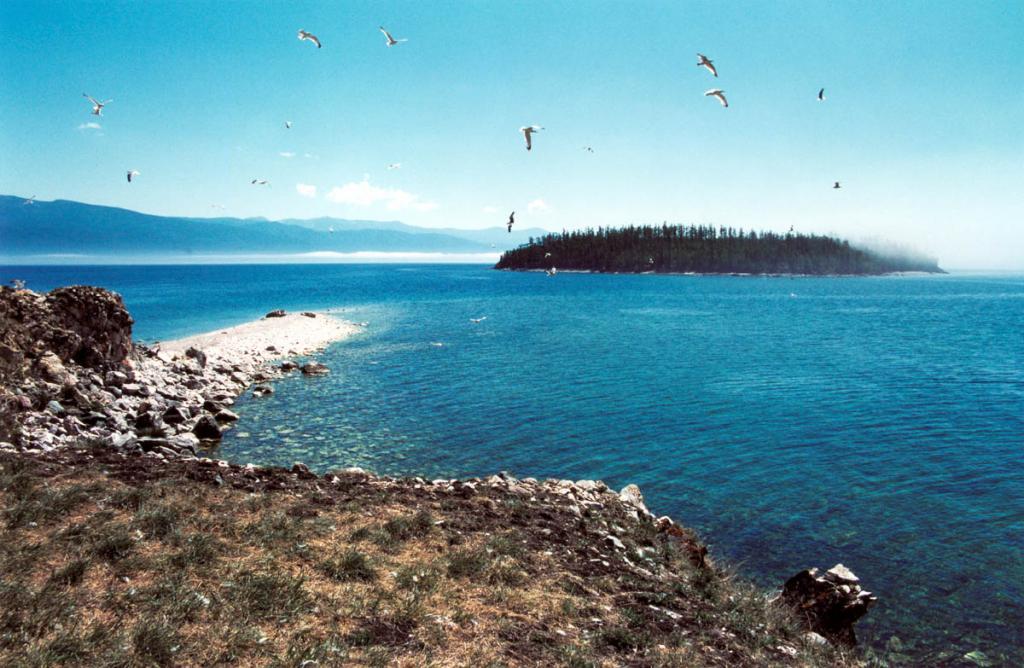 Архипелаг Ушканьи острова состоит из одного большого и трех малых островов. На снимке: пролив между малыми островами - Долгим и Круглым.