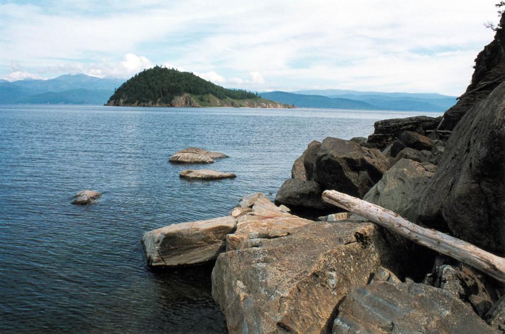 Скалистый, покрытый лесом, остров Лохматый Колтыгей находится в 1.5-километрах от мыса Фертик. Ширина Чивыркуйского залива в этом месте - 7 километров.