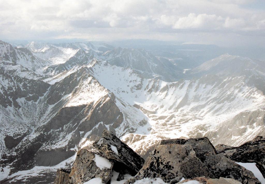 Типичный альпийский рельеф Восточных Саян с карами, цирками, трогами и скалистыми гребнями. Снимок сделан с вершины г. Мунку-Сардык.