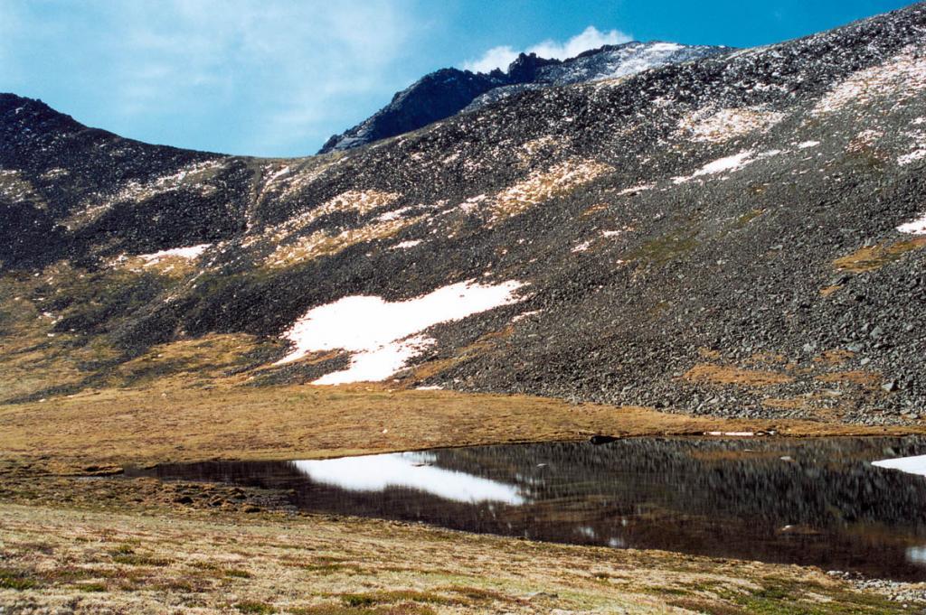 Даже на самых высоких перевалах Баргузинского хребта встречаются небольшие озера. На снимке: озеро перед перевалом р. Мухубхулик - р. Левая Сосновка.